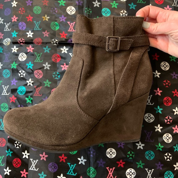 Kenneth Cole Reaction brown suede wedge booties